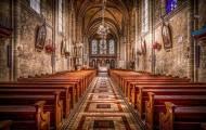 Inne i kyrkan, synagogan och moskén
